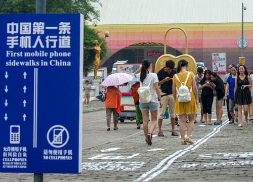 china-cellphone-sidewalk